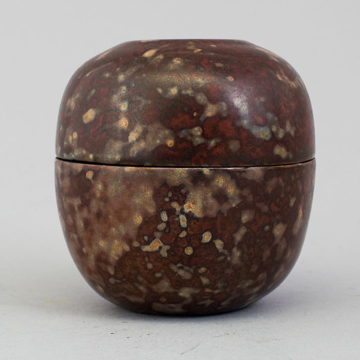 HANS HEDBERG: A ceramic box with cover by Hans Hedberg. Height 7,2 cm.
