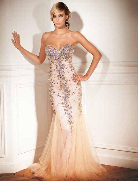 Luxusné spoločenské šaty korzetové bohato vyšívané korálkami a kameňmi, na spodku s rozšírenou tylovou sukňou, vhodné ako šaty na ples, prípadne iné spoločenské príležitosti.
