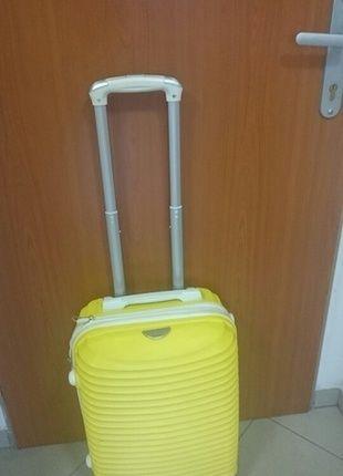 Kupuj mé předměty na #vinted http://www.vinted.cz/damske-tasky-a-batohy/ostatni/11324828-krasny-zluty-kufr-rozmery-prirucniho-zavazadla