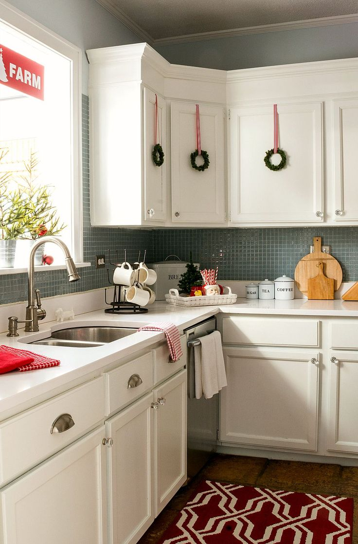 top 25 ideas about christmas kitchen decorations on pinterest lights tumblr xmas decorations. Black Bedroom Furniture Sets. Home Design Ideas