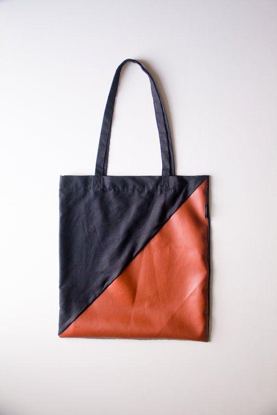 Deze eigentijdse handgemaakte tote-bag is gemaakt van zwart katoen en cognac kleurig faux-leather. Handig als duurzame supermarkt tas maar ook als
