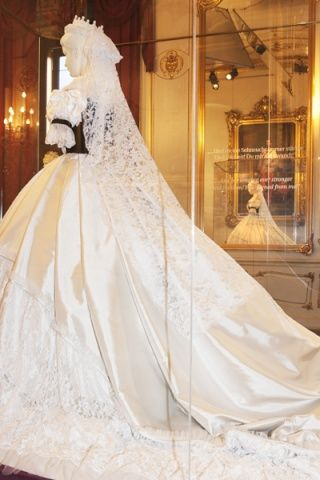 Lors de son couronnement, Sissi portait une robe magnifique de velours noir et de soie blanche, élaborée par le couturier parisien...