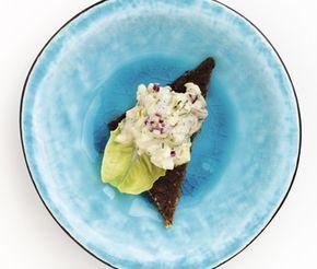 Underbar nubbesallad med bland annat matjessill, crème fraiche, majonnäs, kaviar, potatis och hårdkokta ägg. Blanda en röra av alla ingredienser och servera på kavring eller knäckebröd med en öl eller nubbe.
