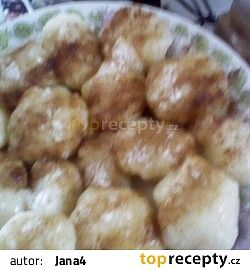 knedlíky na talíři sypané skořicí