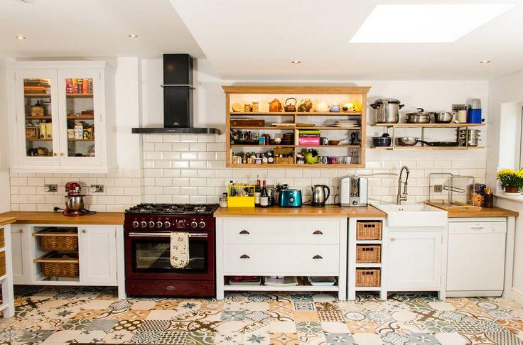 Styl patchworkowy w wystroju wnętrz to inspiracja zaczerpnięta z metody szycia, w której łączy się ze sobą różne kolorowe, geometryczne skrawki materiału w jedną, niepowtarzalną całość. Taka niezwykła mozaika ożywi i urozmaici każde wnętrze! A Wam jak się podoba? ;)  #kitchen #kuchnia #styl #płytki #tiles #patchwork #mozaika #kolory #kolorowo #colors #wnętrze #design #interior #podłoga #floor