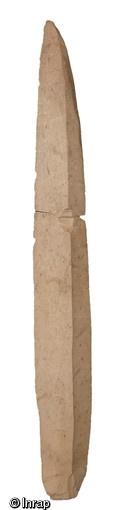 Lame en silex bartonien du Bassin parisien, 4800 avant notre ère, Ocquerre (Seine-et-Marne), 2002.   La fouille, menée sur moins d'un hectare, a livré plus de 18 000 silex taillés.   © Loïc de Cargouët, Inrap