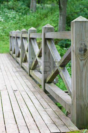 Barandilla y cerca del puente de madera en el parque photo