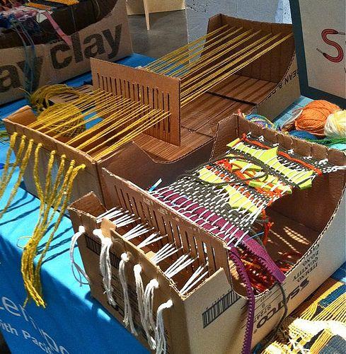 Estos telares en cajas de cartón me han robado el corazón. Están en el Museum of Contemporary Craft  en Portland pero estoy segura de qu...