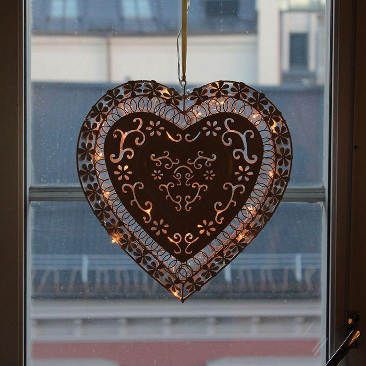 Hjerte med blomsterdekor og lysslynge i matt hvit utførelse fra EA Belysning. Rolig og vakker belysning til vinduet!