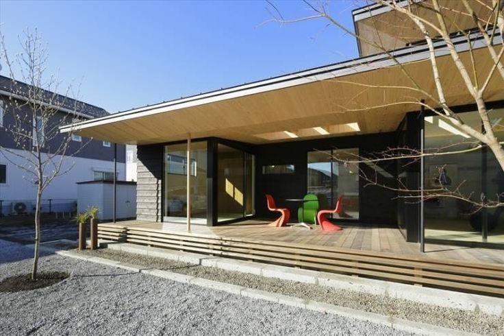 Yakisugi House: 長谷川拓也建築デザインが手掛けたアジアバルコニー&テラスです。