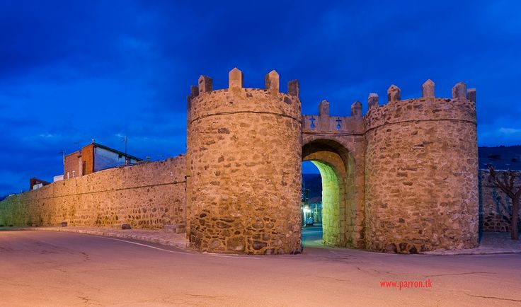 MURALLAS Y PUERTA DEL AHORCADO   El Barco de Ávila conserva restos de sus murallas. Éstas, partían del Castillo y rodeaban el viejo pueblo. En la actualidad, la puerta del Ahorcado, es la única puerta de la muralla que permanece en pie. Posee un estilo románico, aunque fue reconstruida en el siglo XVI. Inicialmente se denominaba Puerta de Piedrahíta o de Ávila. Hasta que en el siglo XVI ocurrió el hecho que hizo cambiar su nombre.