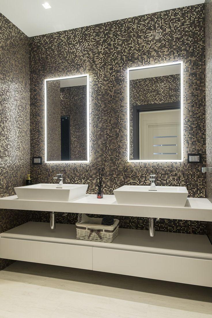 SPECCHIO CONTENITORE ELISIR SU MISURA - NEL PROGETTO DI ABBW. Progettato per essere montato sia ad incasso in parete, sia nella soluzione tradizionale in appoggio. Scelto dall'architetto per ottimizzare gli spazi e avere elementi contenitivi non a vista.  Scoprite di più cliccando sull'immagine  #specchio #isabagno #ristrutturazione #bagno
