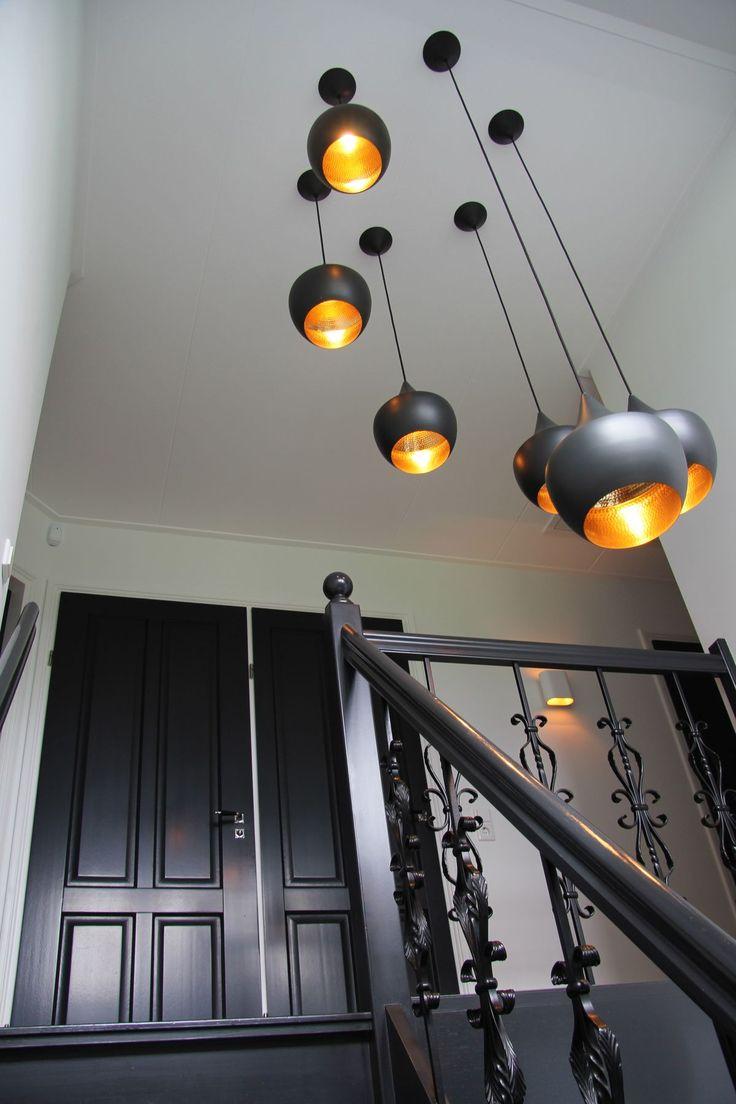 Zwarte losse lampen in trapgat (vide).