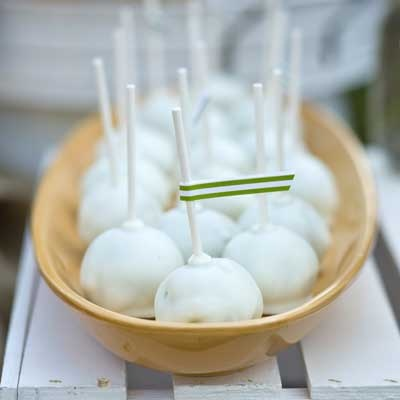 Pistachio Cake Pops! I should make these into the golf ball cake pope for the father in law! Score!!