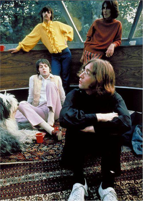 WAISTCOAT.  PINK TROUSERS.  LIGHT SHOES.  LOAFERS The Beatles, London, 1966. Veja também: http://semioticas1.blogspot.com.br/2012/05/travessia-em-abbey-road.html                                                                                                                                                                                 Mais