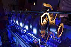 Fermilab sta contribuendo con l'acceleratore a realizzare programmi presso la Northern Illinois University e l'Università di Chicago. Lo scopo è quello di migliorare l'erogazione a fascio di particelle, tra cui le prestazioni della tecnologia di superconduttori...