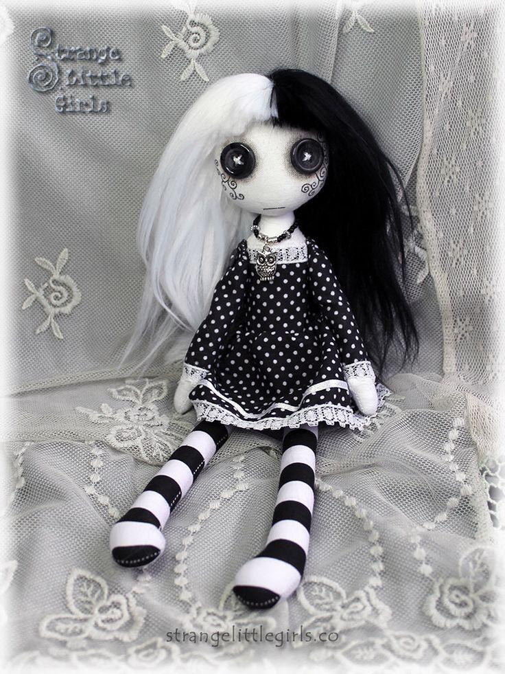 Muñeca de trapo con ojos de botón, gótico, arte en blanco y negro (mediano) - Eva Polaris de StrangeLittleGirlsUK en Etsy https://www.etsy.com/mx/listing/290023839/muneca-de-trapo-con-ojos-de-boton-gotico