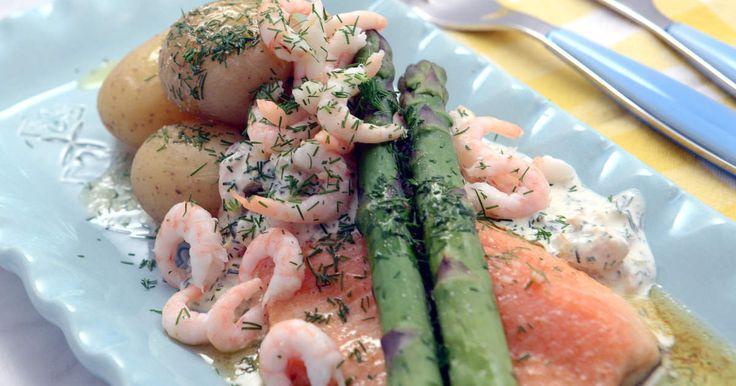 Smörstekt röding som serveras med färskpotatis, sparris och en krämig skagenröra.