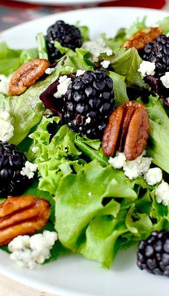 Ensalada de Moras con queso azul, vinagre balsámico y nueces.