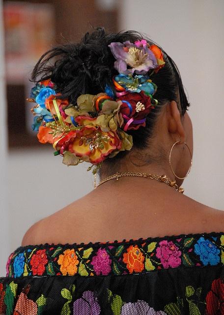Flores en el cabello de una Chiapaneca. Fiesta de San Antonio Abad en Chiapa de Corzo, Chiapas Mexico