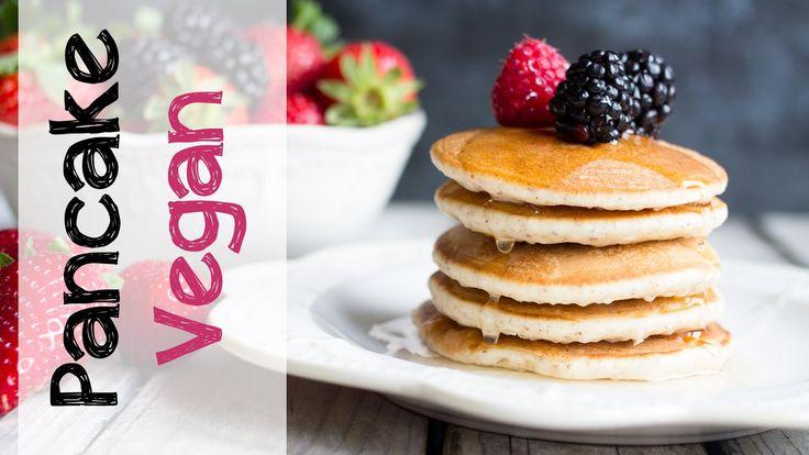 Buoni e sani, questi pancake vegan senza burro e senza uova sono insuperabili!!! Scopri quale trucchetto abbiamo usato per sostituire le uova! Ingredienti pe...