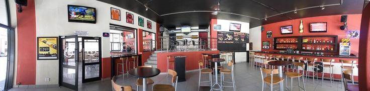 Männer aufgepasst! Auch in Kapstadt müsst ihr - dank Tommy's Sports Bar - nicht auf's heißgeliebte Fußballgucken verzichten! Die Mädels können ja dann solange shoppen gehen...