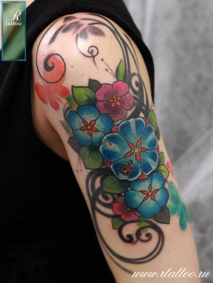 Тату Татуировка цветов на женском плече
