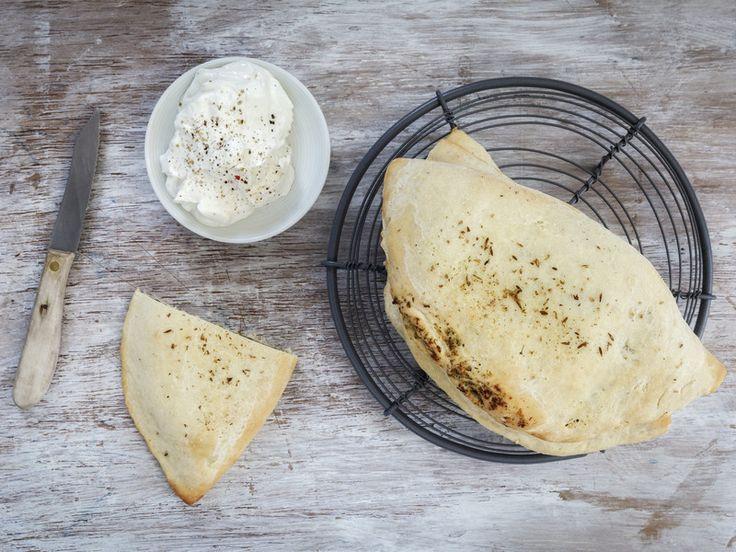 Wenn du regelmäßig indisch essen gehst, kennst du Naan-Brot bestimmt. Tatsächlich avanciert das fladenartige Gebäck gerade zum Pinterest-Star: Ähnlich wie das gehypte Cloud Bread wurde es bereits über 20.000 Mal gepinnt.  Warum ist Naan-Brot plötzlich so bei Hobby-Bäckern beliebt? Weil es das fluffigste und einfachste Brot der Welt ist!