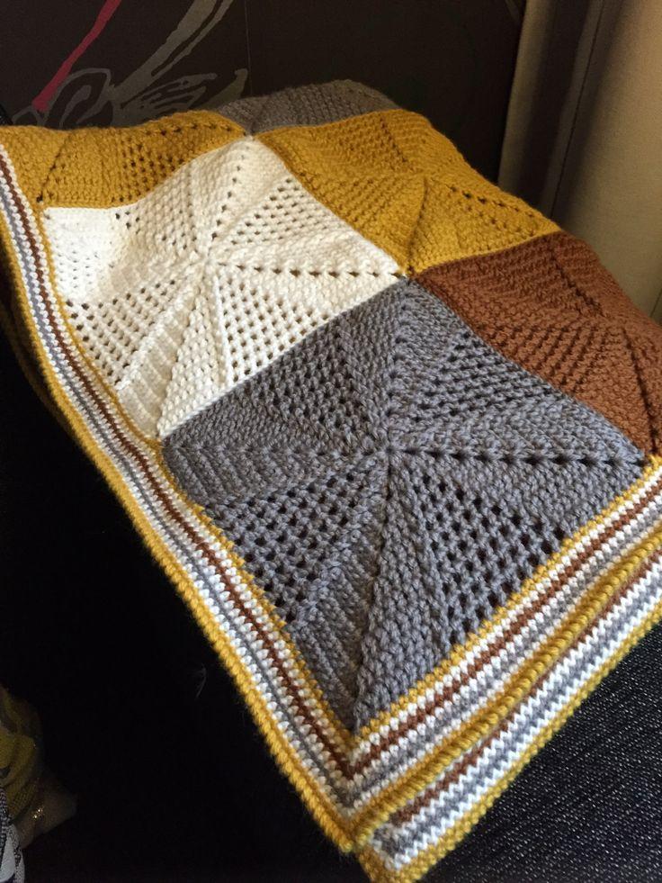 Made by Margriet: op verzoek van Nancy (96-jaar) heb ik deze deken gemaakt, ze heeft 'm zelf van een voorbeeld op Pinterest uitgezocht en wilde ook per se deze kleuren. Gemaakt van Katia Basic Merino (combi wol/acryl), kleuren 3 (wit), 13 (grijs), 37 (cognac) en 41 (okergeel). Naald 4 en voor de rand 3,5. Rand afgewerkt met de kreeftsteek. Patroon is van Wink, Scheepjes CAL 2014 week 6. Er gaan 2 granny's uit 1 bol, met de rand erbij 24 bollen gebruikt. Afmeting ca. 140x90 cm.