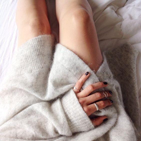 Le pull en cachemire est un basique indispensable de la garde-robe d'hiver.... comment le choisir? comment le... https://one-mum-show.fr/basiques-pull-cachemire/