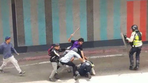 """Las imágenes de la """"pacífica"""" oposición venezolana que NO verás en tus medios de comunicación españoles"""