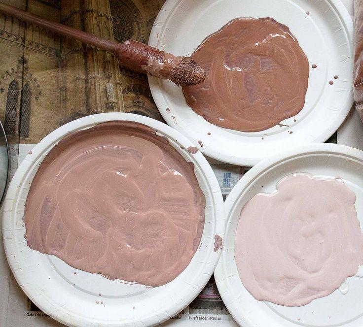 ℒℐℕᏫℒᎫℰℱÄℛᎶ ℐ ᏉᎯℛⅅᎯᎶℰℕ: • Att kunna tillverka små mängder i exakta nyanser är bra på ett annat sätt också. Då kan man bättringsmåla i stället för att behöva göra en total ommålning, vilket sparar mycket tid och kraft. Dörrfodren i vår hall hade exempelvis blivit skadade av alla möbler och byggnadsvirke som har burits ut och in under åren. I stället för att skrapa, slipa, tvätta och måla om allihop blandade jag en halv deciliter vit färg och tillsatte en gnutta grön umbra för att nyansen…