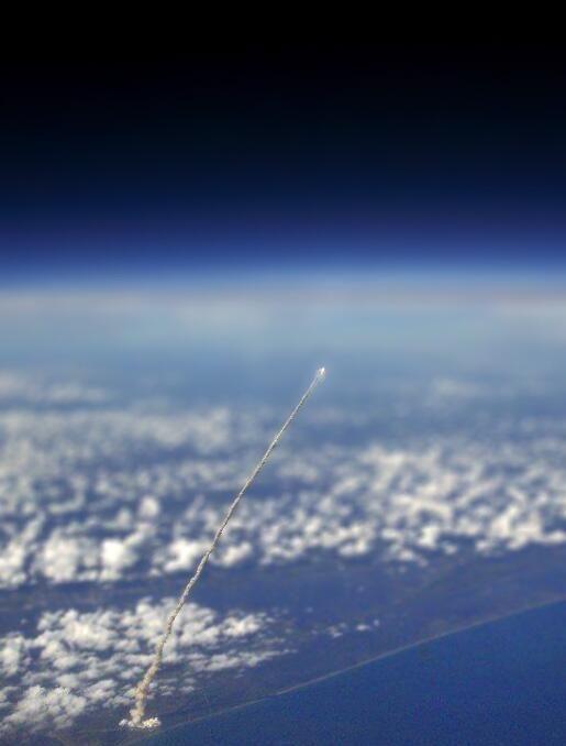 Shuttle launch, from space / vue de la terre / lancement / nuages / Clouds / panorama / ciel / sky