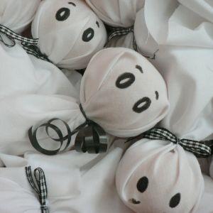 Spook-traktatie: Gezonde fruit-traktatie en handig omdat je die een dag van tevoren kunt maken: mandarijn (of appel), witte zakdoek, lintjes, ogen met stift of wiebeloogjes er op plakken. En dan kun je van een kartonnen doos een spookhuis knutselen, waar je de traktaties in kunt doen. Meer ideeën te vinden op http://www.gezonde-traktatie.nl #gezonde_traktatie #fruit