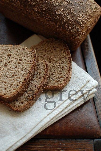 800 g mąki orkiszowej, razowej 2 łyżeczki soli 7 g suchych drożdży 2 łyżki oliwy 1 łyżeczka miodu 600 ml ciepłej wody ziarna sezamu d...