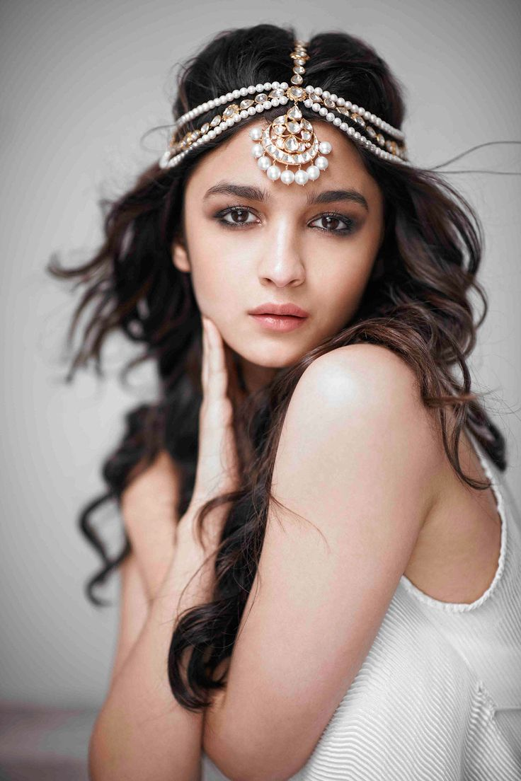 Jewels pinterest beautiful indian wedding jewellery and jewellery - Love This Pretty Pearl Head Piece Alia Bhatt Is Wearing