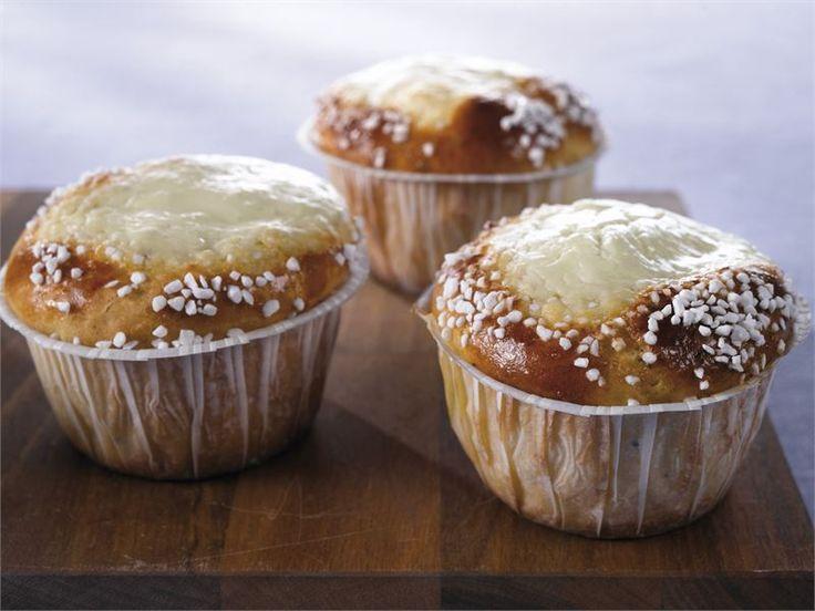 Leivo pullia päivän piristykseksi ja kutsu ystäväsi vierailulle. Helpot rahkapullat valmistuvat vähällä vaivalla ja kätevästi muffinivuoissa.