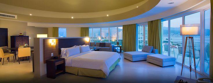 La suite del último piso ofrece una vista de 180 grados a la Bahía de Banderas. Esta amplia suite ofrece 140 m2/1500 ft2 de espacio con un comedor para ocho personas, un dormitorio con cama King y vista a la bahía, sala de estar, barra y bañera de hidromasaje.