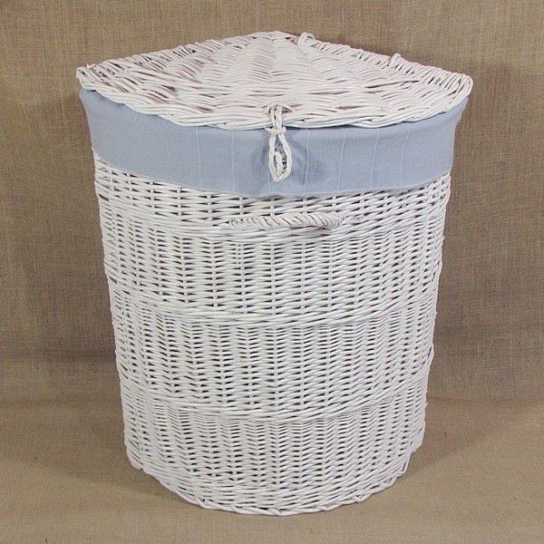 Biały wiklinowy kosz na bieliznę z materiałowym wkładem (błękitny)