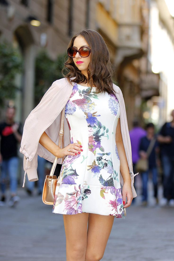 Manu Luize - Vestido curto floral em Milão, look na Itália. Milan street style outfit