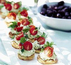 Sfiziose tartine come antipasto che rievocano sapori e profumi della grecia: la base è di pasta sfoglia e completate con una crema di feta e pomodorini ciliegia.