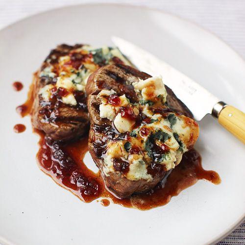 Een stoere steak op z'n tijd is verrukkelijk. Serveer 'm eens met blauwe kaas en friszure granaatappelpitjes. 1 Fruit de sjalot in wat olijfolie ineen middelgrote koekenpan totdeze goudgeel is. Voeg nu degranaatappelmelasse, het...