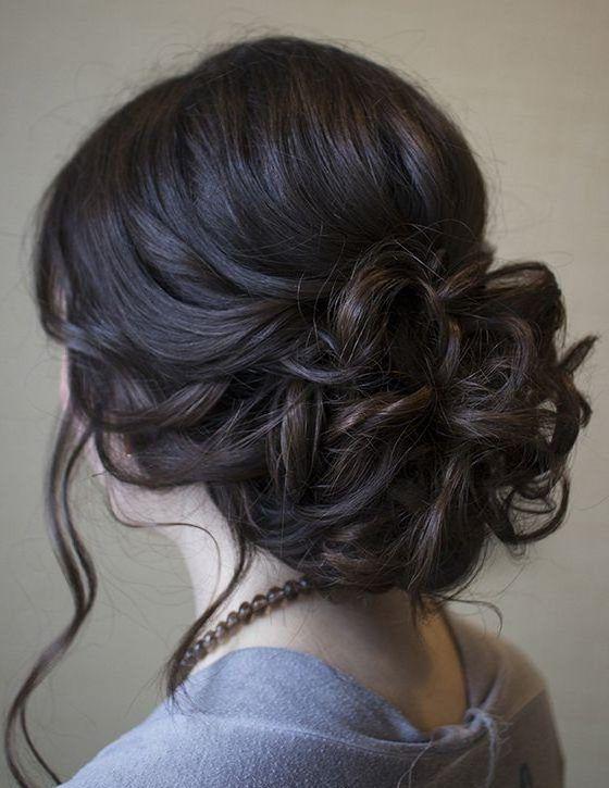 Como todas bien sabemos, elegir un peinado a la hora de ir a una fiesta, es realmente un problema, puesto que lleva tiempo elegir el adecuado. Debemos tener en cuenta nuestro rostro, el largo del cabello, su textura y además, qué tipo de vestido usaremos. Pero si te estas quedando …