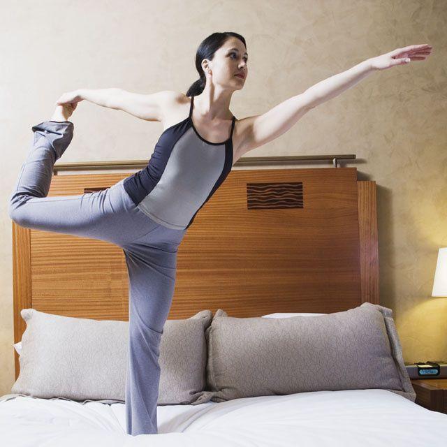 Le matin, on n'a pas toujours le temps… et l'envie (avouons-le), de faire ses exercices d'étirements. Plus d'excuses désormais, voici 7 mouvements rapides et efficaces à réaliser depuis son lit. Ça se tente non ?