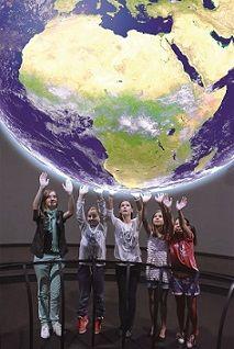 Interaktivní globus Science On a Sphere v Techmanii.