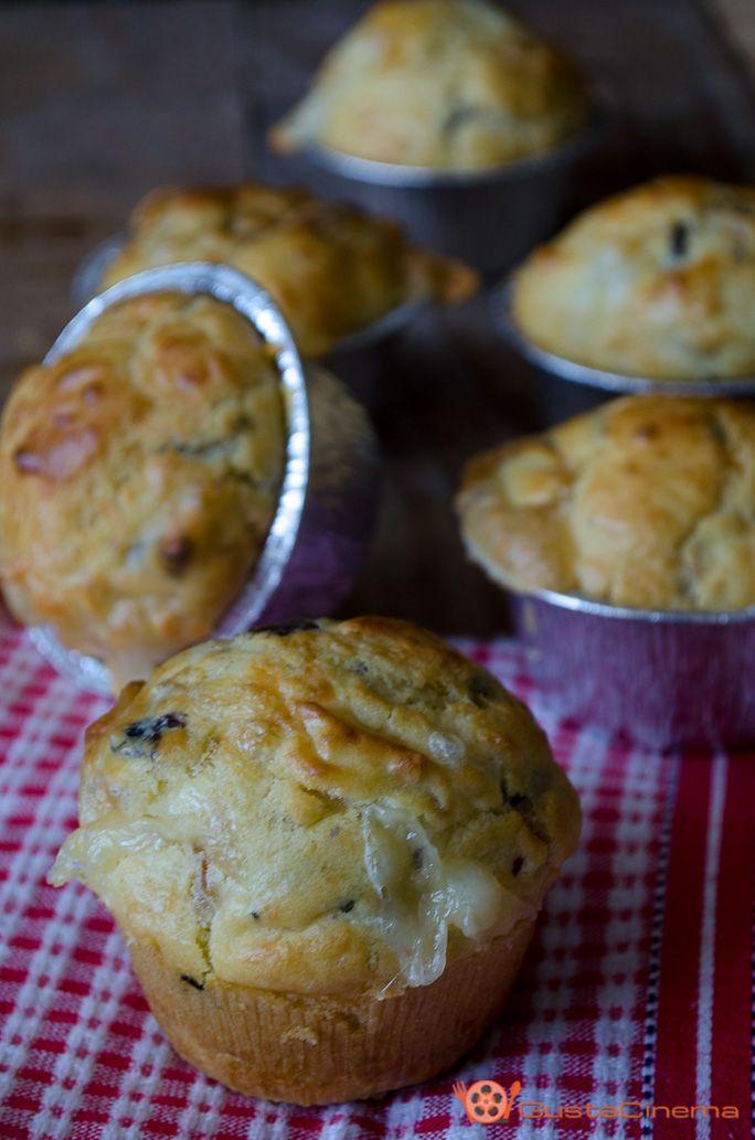 Muffin salati con funghi salame e scamorza sono dei deliziosi e sfiziosi antipasti. Facili e veloci da preparare, ottimi per buffet o aperitivi.