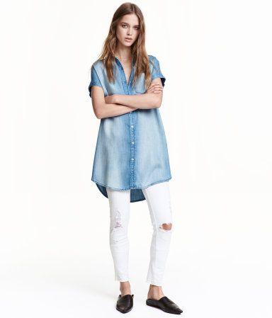 Hellblau. CONSCIOUS. Kurzes Blusenkleid aus Tencel® Lyocell. Das Kleid hat einen schmalen Kragen, Knöpfe vorn und überschnittene Schultern mit 1/8-Arm.