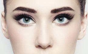 """O delineado ideal para cada formato de olho - Olhos caídos: Comece com um traço fino na parte interna e vá engrossando na parte externa. Passe um lápis bege na parte interna para fazer com que o olho pareça maior. Invista também no rímel, comece aplicando em toda a extensão dos cílios e reaplique várias camadas no canto externo, """"empurrando"""" bem para cima."""