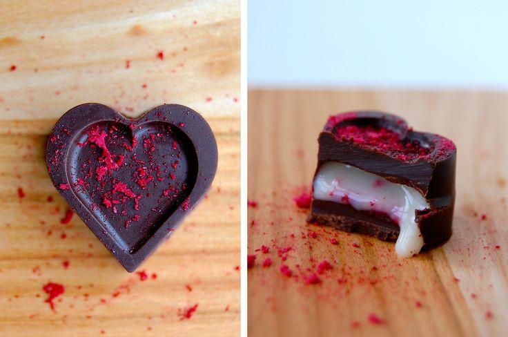 Fyldte chokolader med hvid chokoladeganache og hhv. hindbær, passionsfrugt og kirsebær