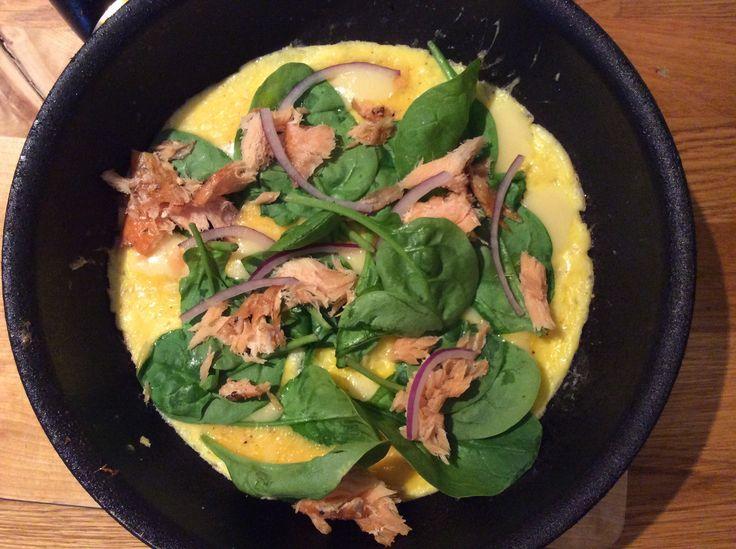 Ostomelett med varmrökt lax/ cheese omelette with smoked salmon